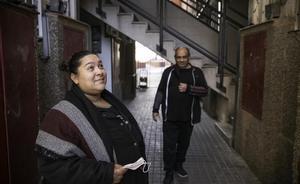 Milagros Ramírez y su marido en la puerta de su bloque, en Sant Roc.