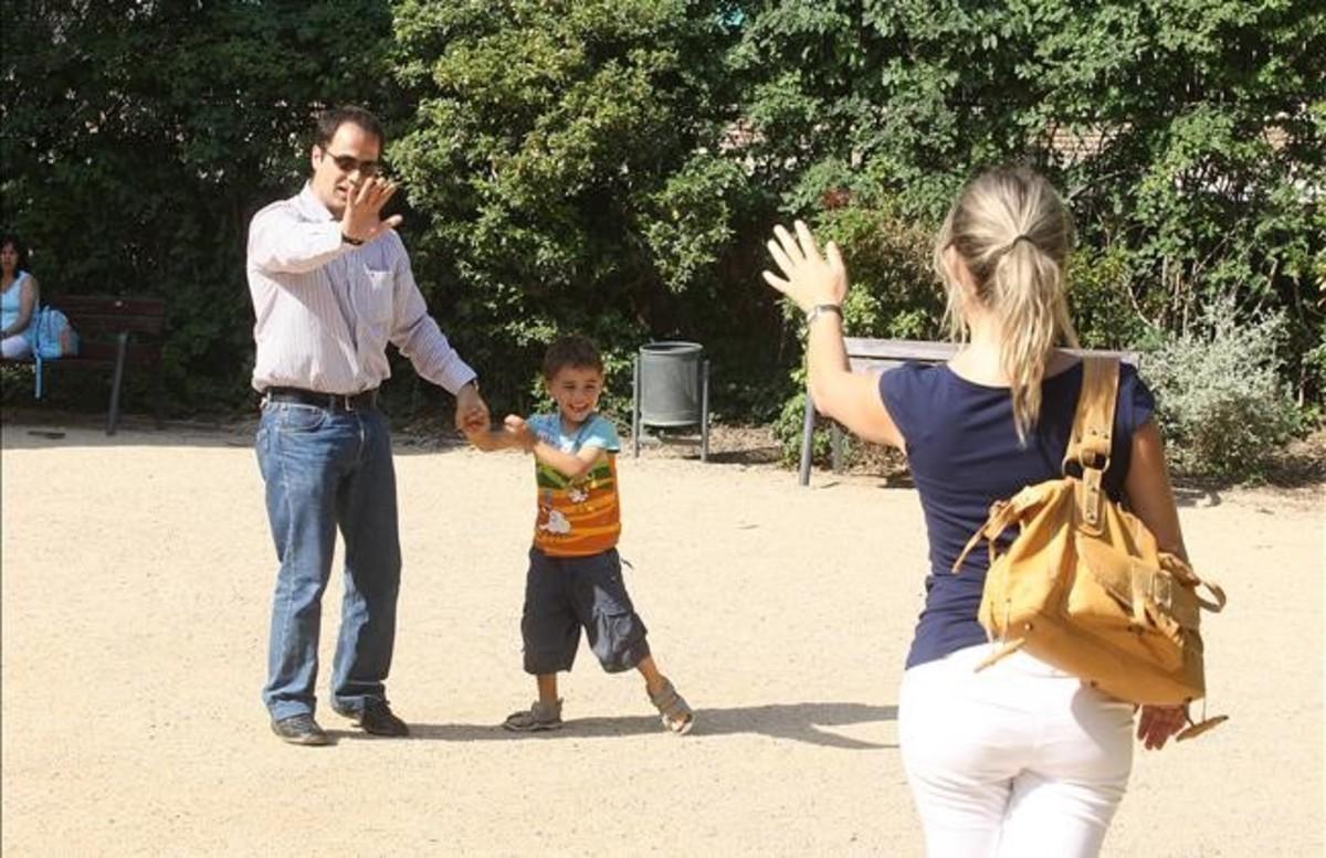 Una pareja divorciada, junto a su hijo, en una imagen del 2008.