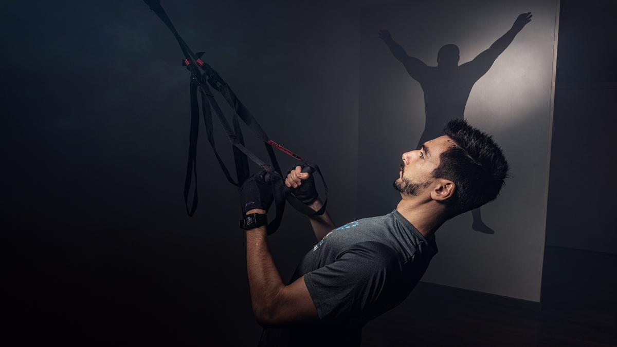 Gerard Torres, creador de la Casa del Training, realiza un ejercicio de fuerza de brazos.
