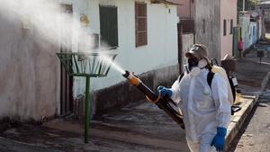 Un empleado fumiga contra el zika en Río de Janeiro.