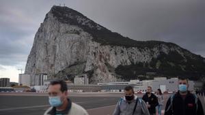 Españoles cruzan el puesto fronterizo con Gibraltar.