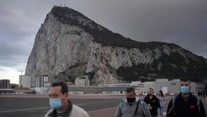 People cross the Spanish border of the British overseas territory of Gibraltar on November 24  2020  - With its traditional British red phone boxes  pubs serving fish-and-chips and tax-free shopping  Gibraltar has long drawn day trippers from neighbouring Spain  But the easy flow of people across the border from Spain which underpins the economy of the tiny British territory on the southern tip of the Iberian Peninsula risks ending when Britain leaves the European Union s single market on December 31  (Photo by JORGE GUERRERO   AFP)