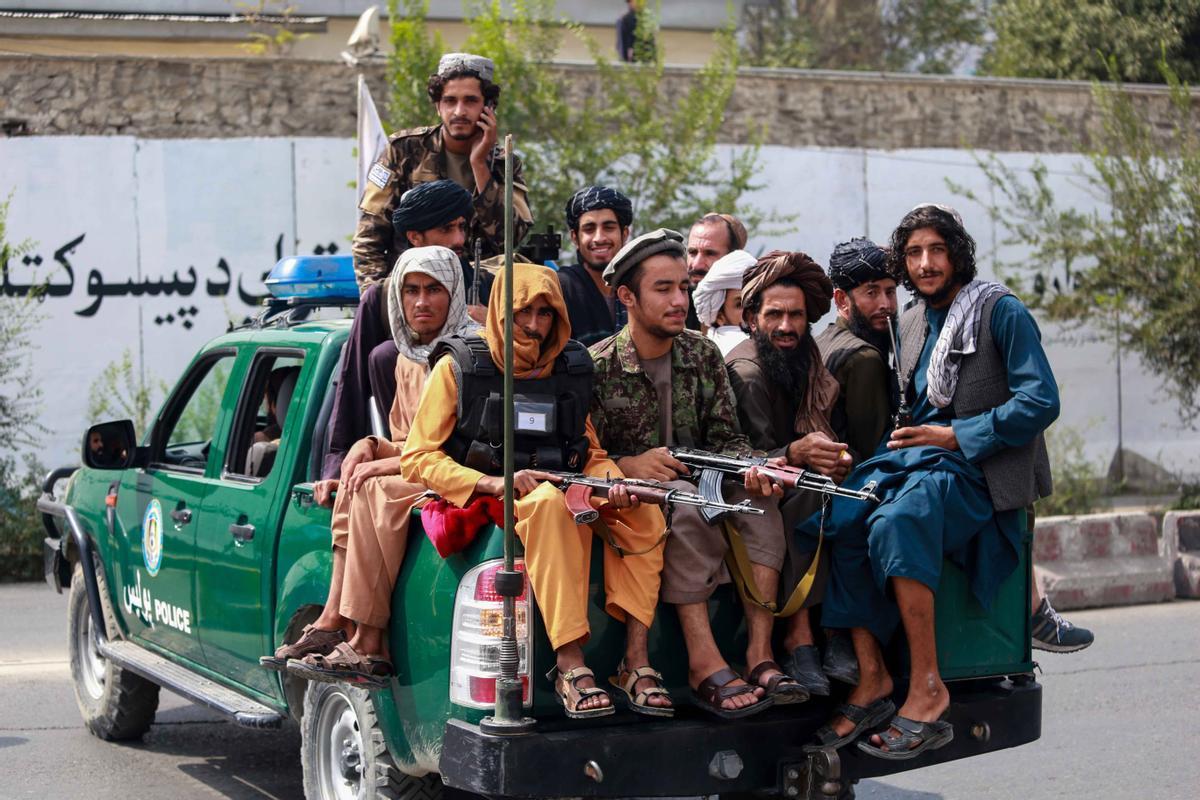 Un grupo de talibanes patrulla por las calles de Afganistán, este jueves.