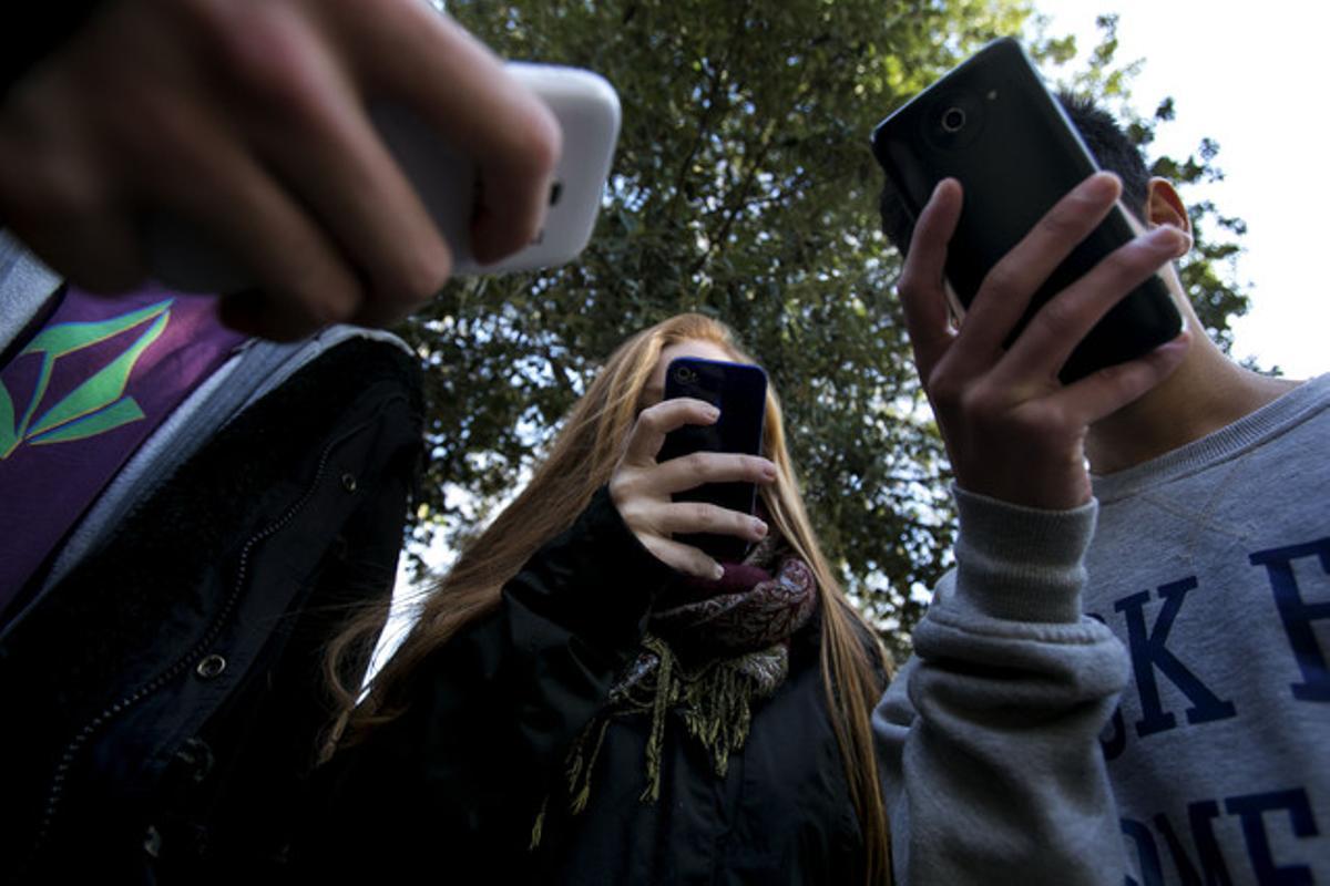 Un grupo de adolescentes utilizando sus 'smartphones'.