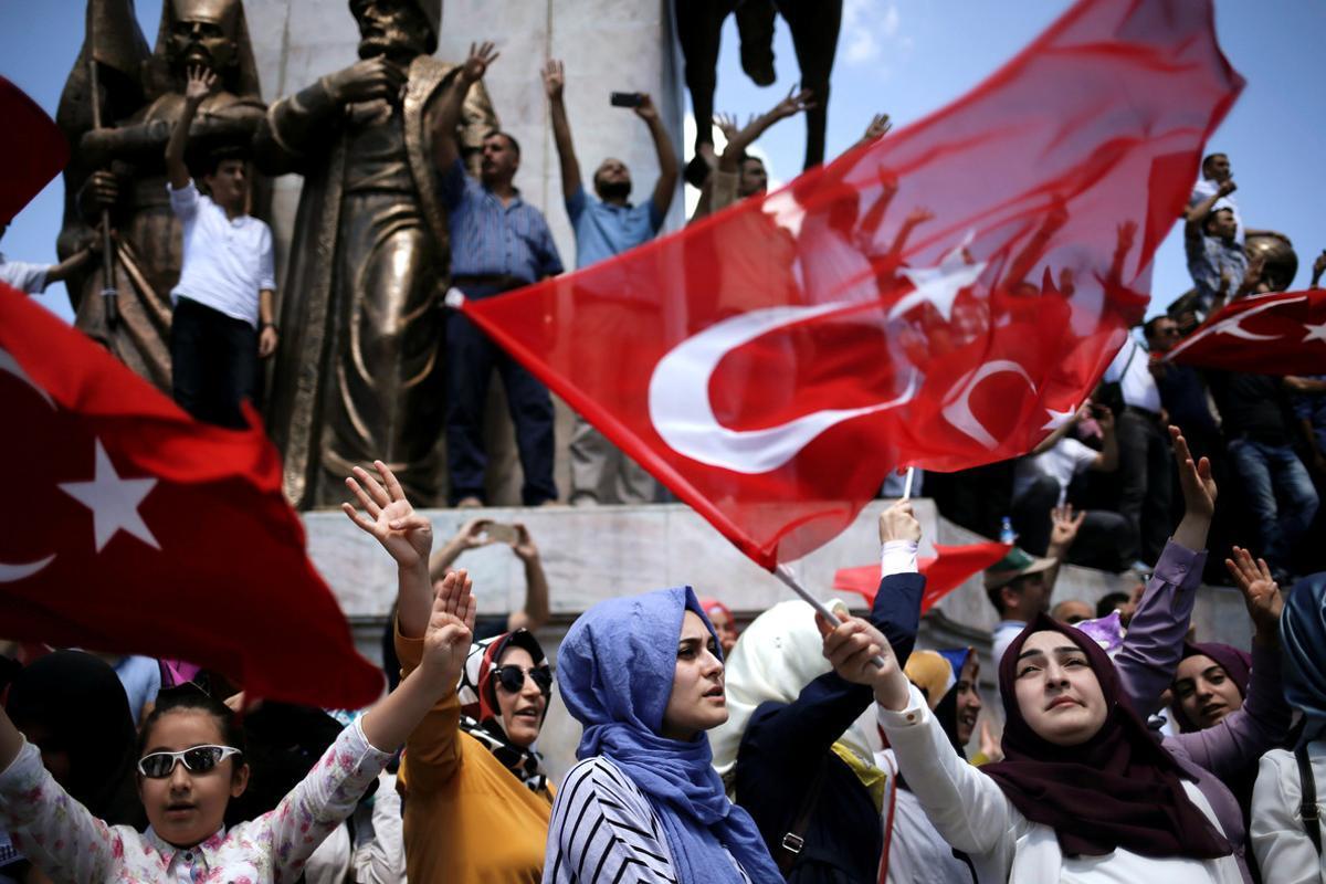 Partidarios de Erdogan en el parque Sarachane de Estambul.