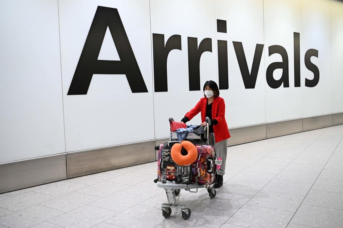 Una pasajera china recién llegada al aeropuerto de Heathrow, en Londres, estemartes.