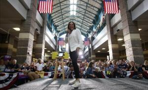 Kamala Harris, en un acto en Davenport, en Iowa, a mediados de agosto, con sus inseparables Converse blancas.