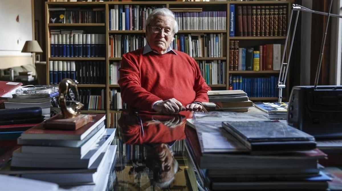 El arquitecto Oriol Bohigas, este martes, en el salón de su casa en la plaza Reial.