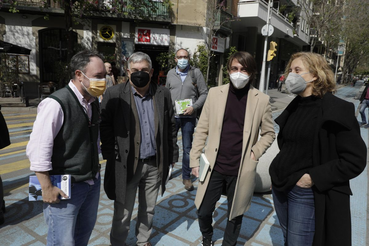 Joan Cañete, Jordi Mercader, Juan Soto Ivars y Emma Riverola en la reunión de escritores antes de la foto por Sant Jordi