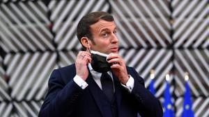 El presidente francés, Emmanuel Macron, se quita la mascarilla para hablar en una rueda de prensa, el pasado 10 de diciembre en Bruselas.