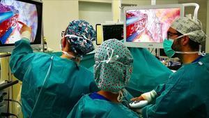 Operación con una técnica pionera a un paciente con cáncer de pulmón en el Hospital de Sant Pau, el pasado noviembre.