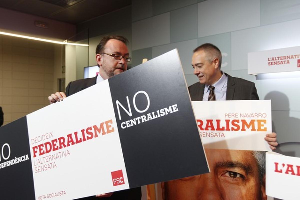 El jefe de campaña del PSC, Daniel Fernández, y el candidato, Pere Navarro, presentan este miércoles el lema y el cartel electoral del partido.