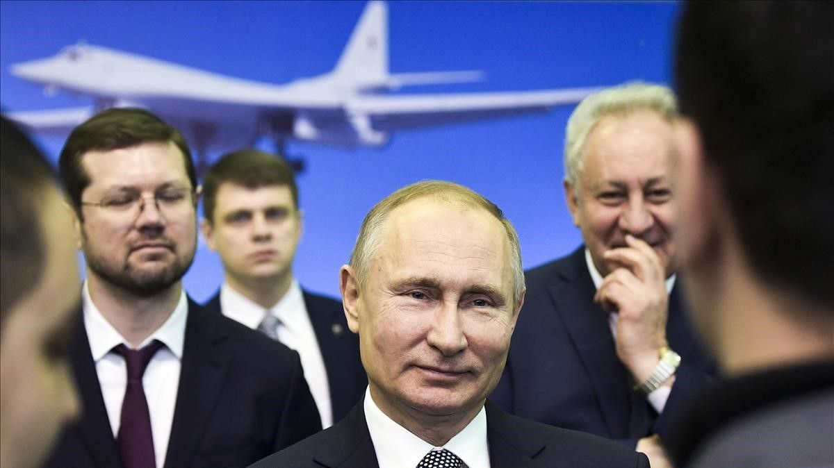 Vladimir Putin se dirige a los empleados en su visita a la planta que fabrica el nuevo avión TU-160, en Kazan.