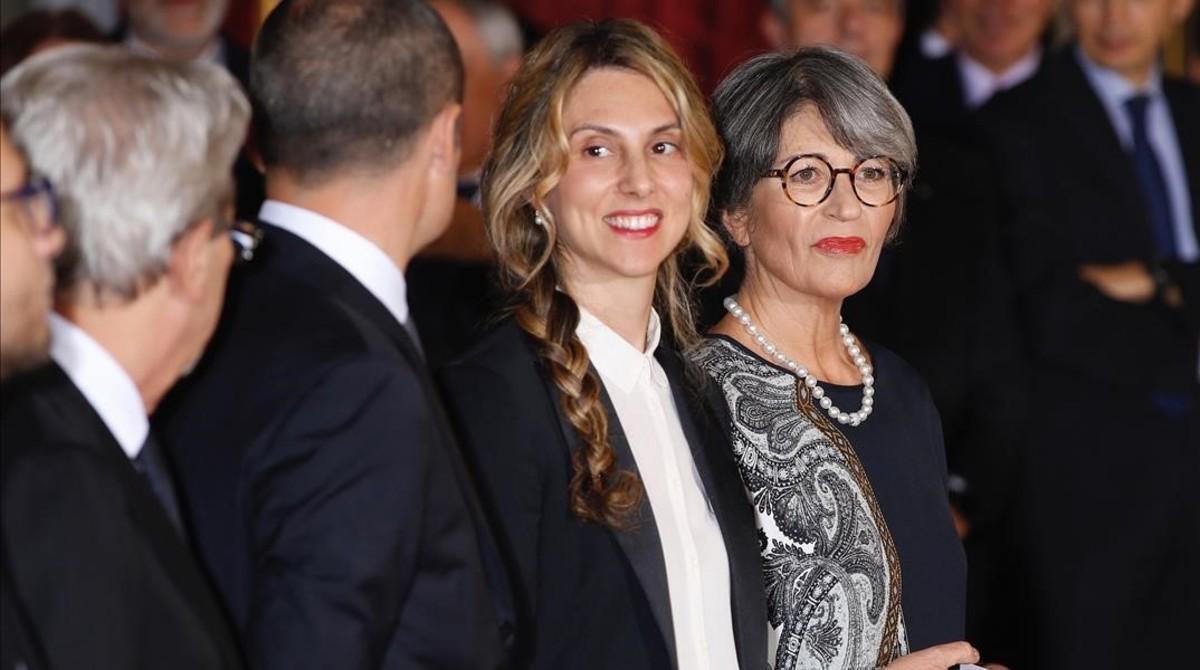 Anna Finocchiaro (derecha), nueva ministra de Relaciones con el Parlamento, flanqueada por Marianna Madia, titular de Administración Pública y Simplificación, en Roma, este lunes.