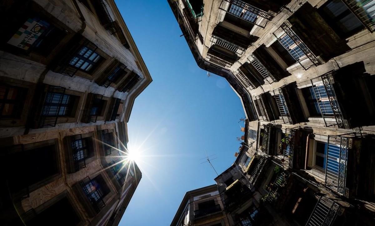 El cielo de la calle de Milans, en forma de haba.