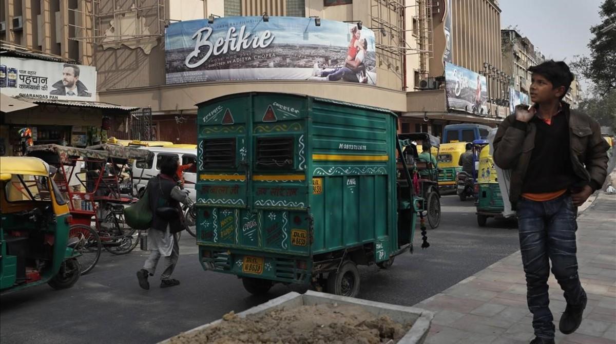 Un joven pasa por delante de un cine en Nueva Deli (India), el 13 de diciembre.