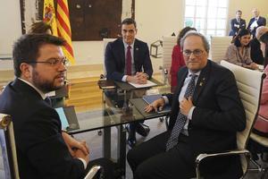 El 'president' de la Generalitat, Quim Torra, y el 'viceprsident' Pere Aragonès, junto al presidente del Gobierno, Pedro Sánchez, en la primera reunión de la mesa de diálogo en febrero.