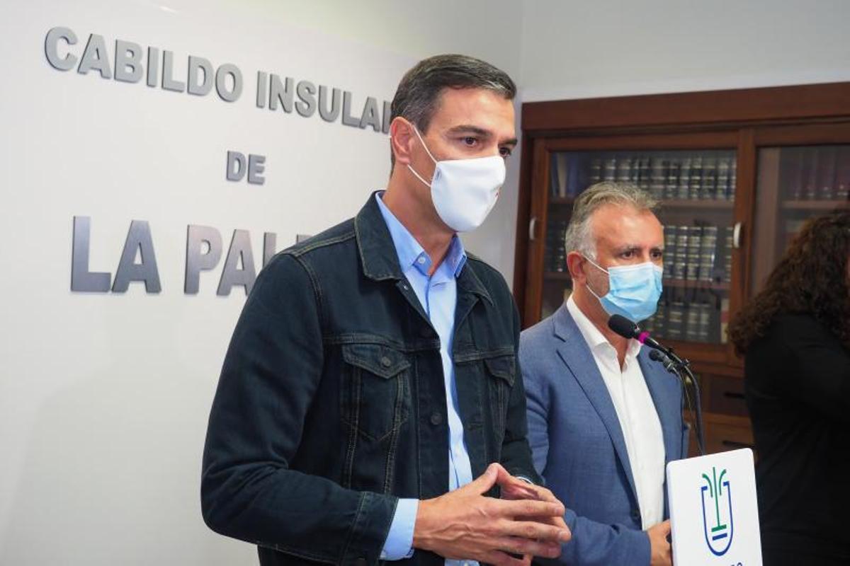 El presidente del Gobierno, Pedro Sánchez, junto al presidente de Canarias, Ángel Víctor Torres (d), en El Paso, La Palma, este 19 de septiembre de 2021.