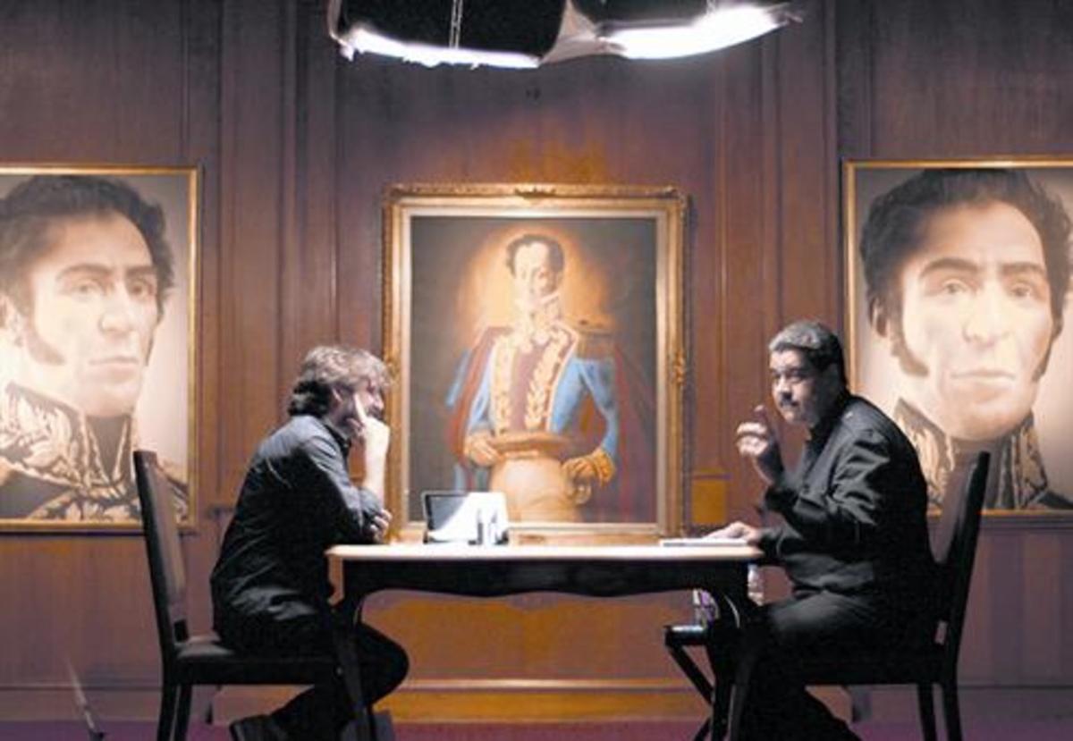 Jordi Évole y Nicolás Maduro, en un momento de la entrevista de 'Salvados, en el Palacio de Miraflores y presidida por retratos de Simón Bolívar.