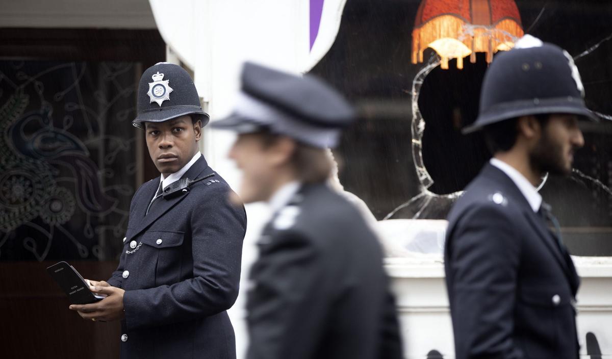 John Boyega, a la izquierda, en una imagen de 'Rojo, blanco y azul'.