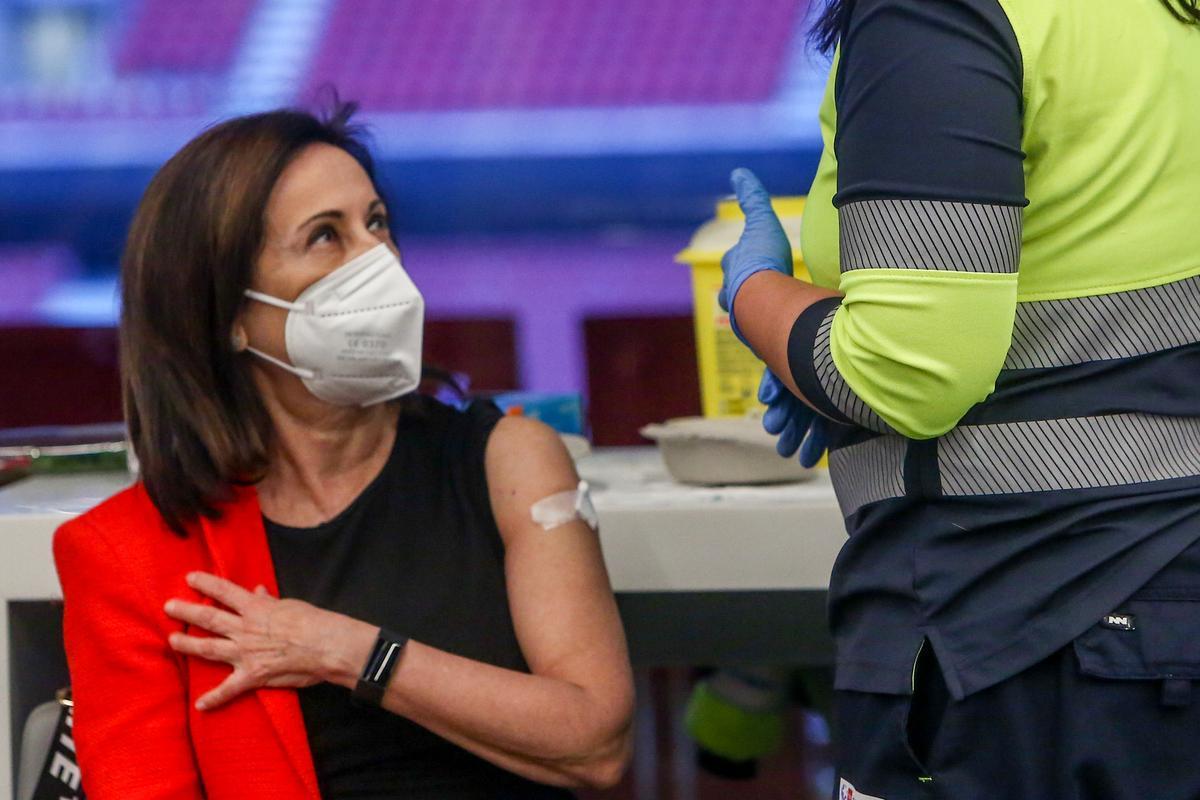 La ministra de Defensa, Margarita Robles, tras recibir la vacuna contra el covid-19.