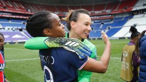 Endler se abraza a su compañera Katoto tras eliminar al Lyon.
