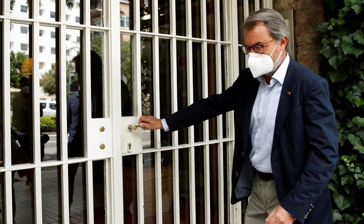 Artur Mas visita a Jordi Pujol en su domicilio para felicitarle por su 90 cumpleaños.