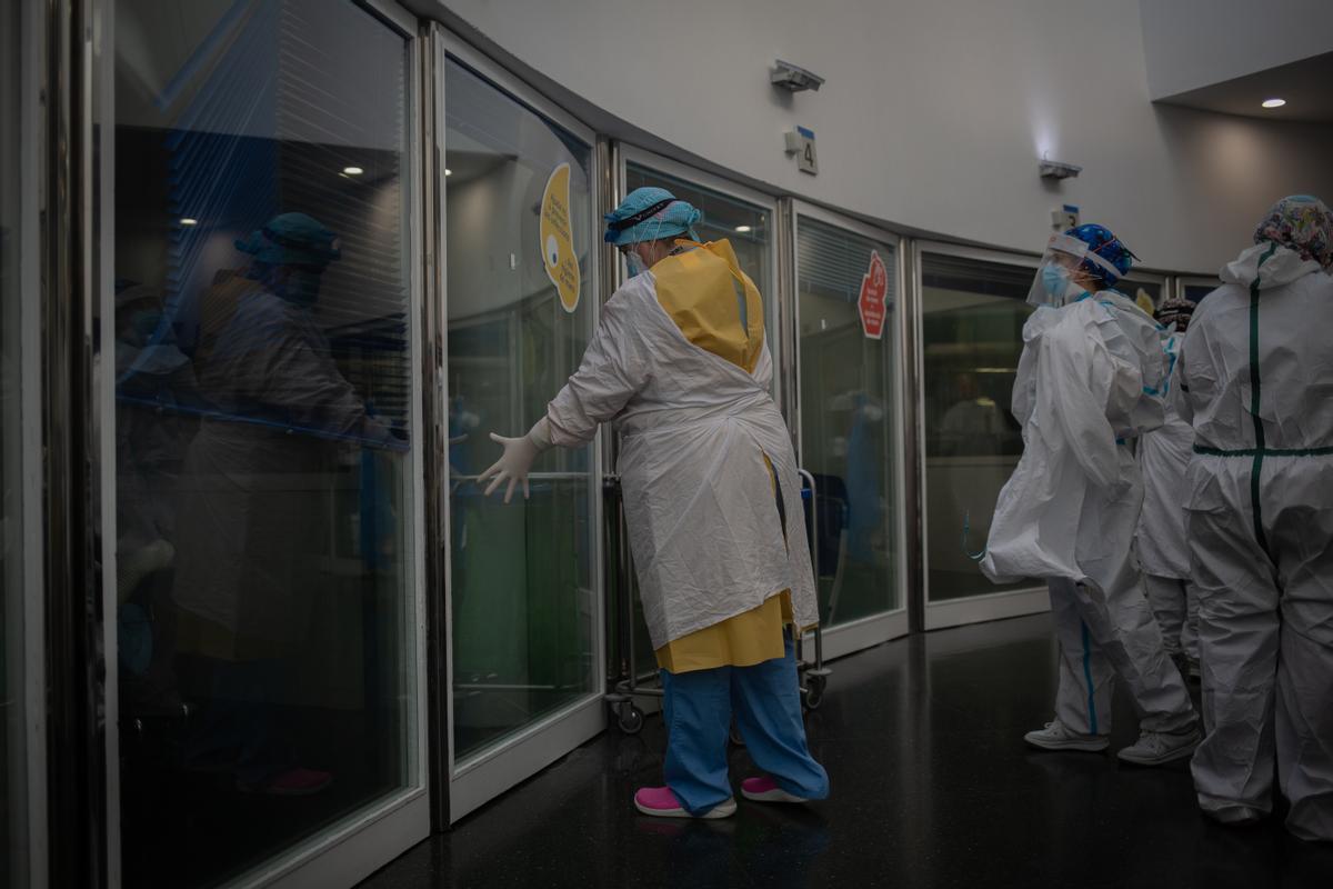 Trabajadores sanitarios protegidos en la unidad de cuidados Intensivos del Hospital del Mar, en Barcelona.