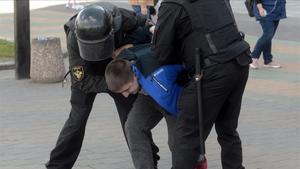 Un joven manifestante es detenido en la protesta de hoy enMinks.