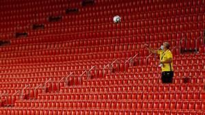 Un empleado del Sevilla devuelve una pelota al césped desde la tribuna vacía en el reciente Sevilla-Barça (0-0).