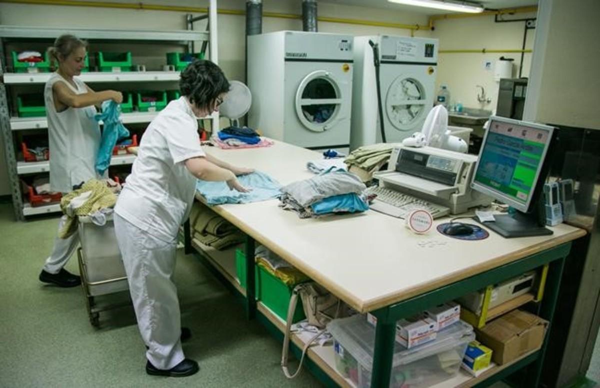 Dos trabajadoras de la lavandería inclusiva del centro de discapacitados físicos que tienelaFundació Ave Maria en Sitges(Garraf).