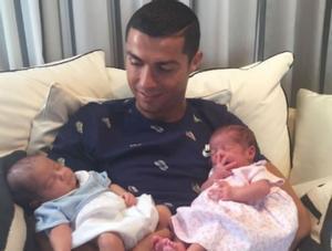 Cristiano Ronaldo con Eva y Mateo.
