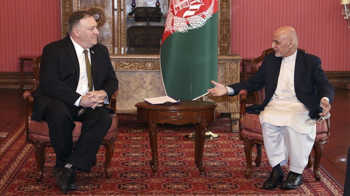 El secretario de Estado de EEUU, Mike Pompeo, y el presidente afgano, Ashraf Ghani, durante la reunión que han mantenido este lunes en Kabul.