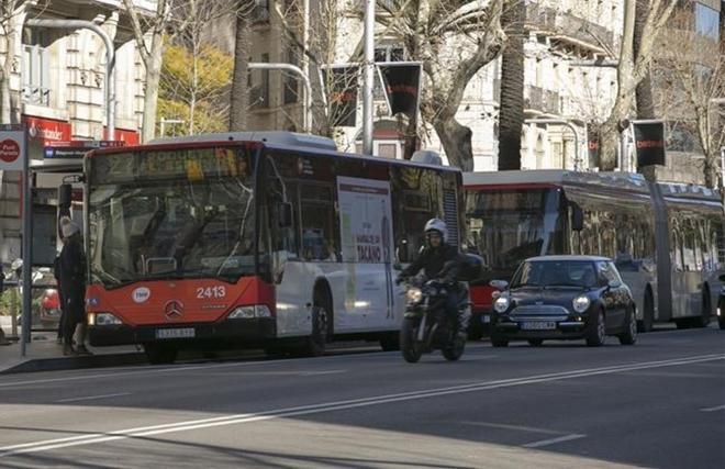 Concentración de autobuses en una de las paradas de la Diagonal