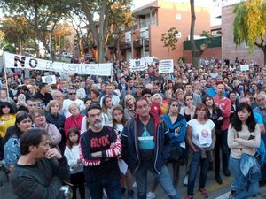 Protesta vecinal en Rubí contra el centro de menores extranjeros, el pasado lunes.