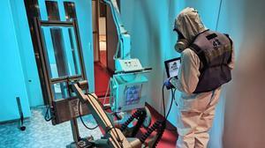 Un miembro de la UME usa un equipo robóticode luz ultravioleta para desinfectar hospitales.