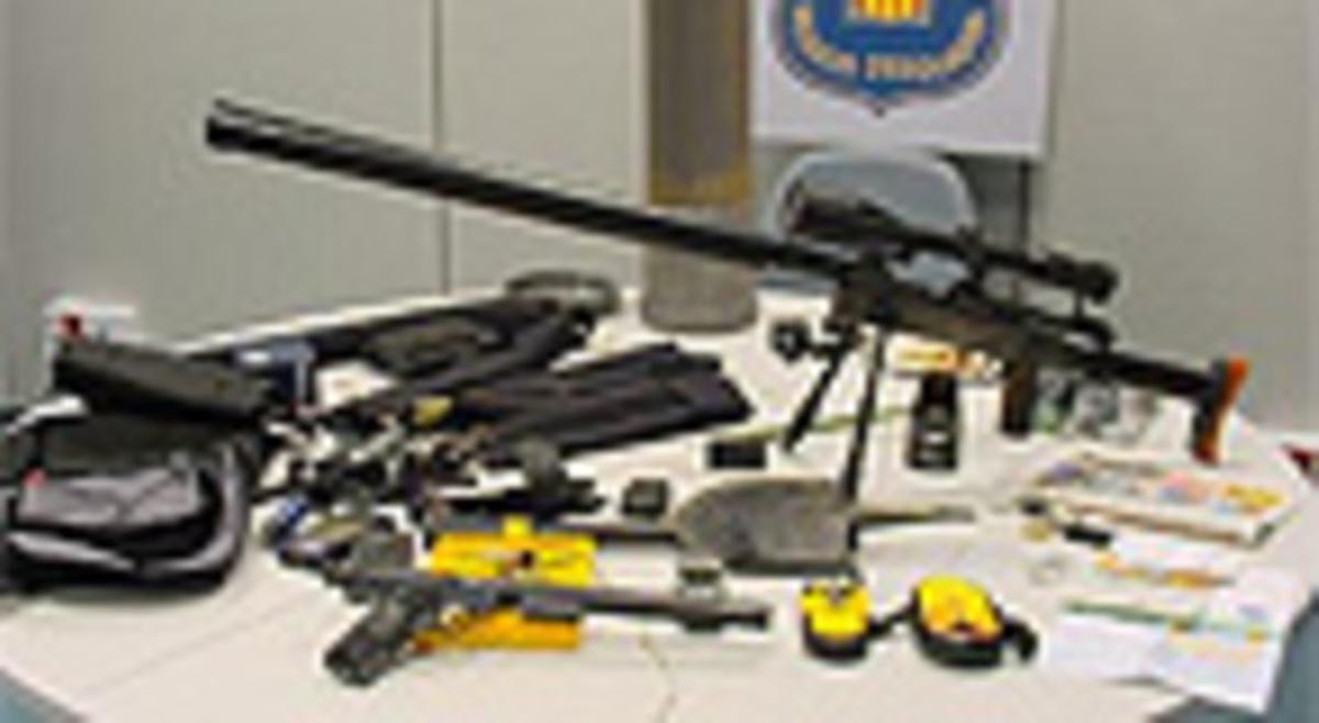 El fusil de plástico con mira telescópica que la policía catalana descubrió en el maletero del coche.