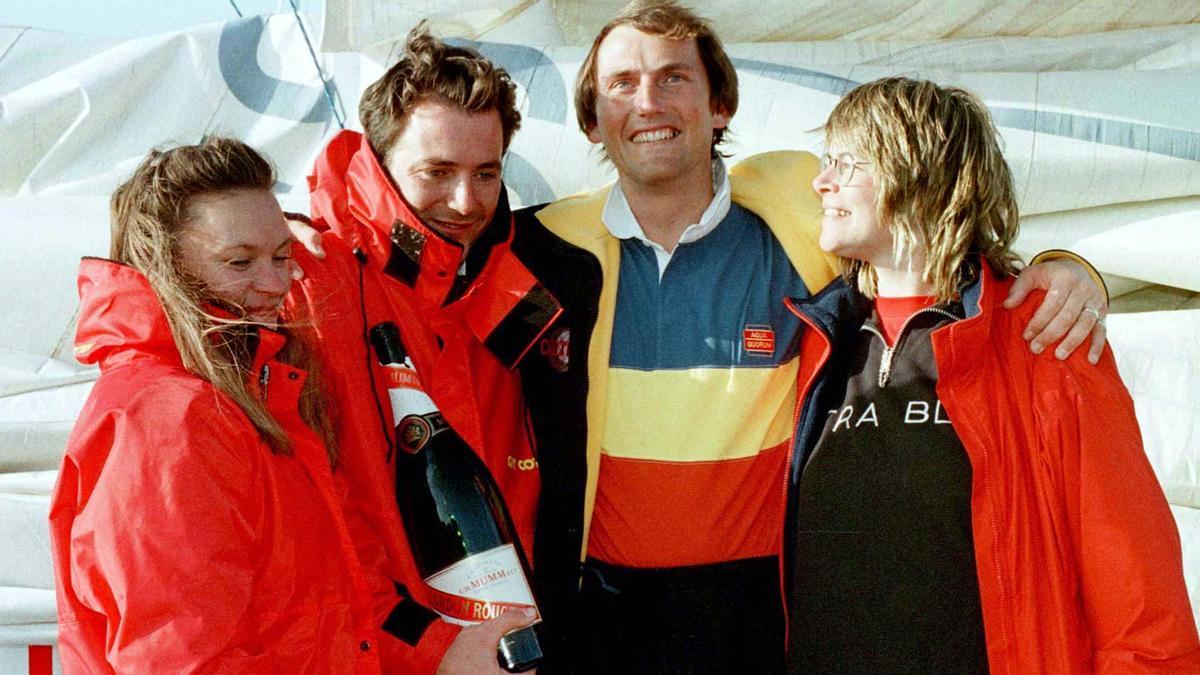 Pete Goss a la derecha de la imagen  posa con Raphael Dinelli quien le rescató