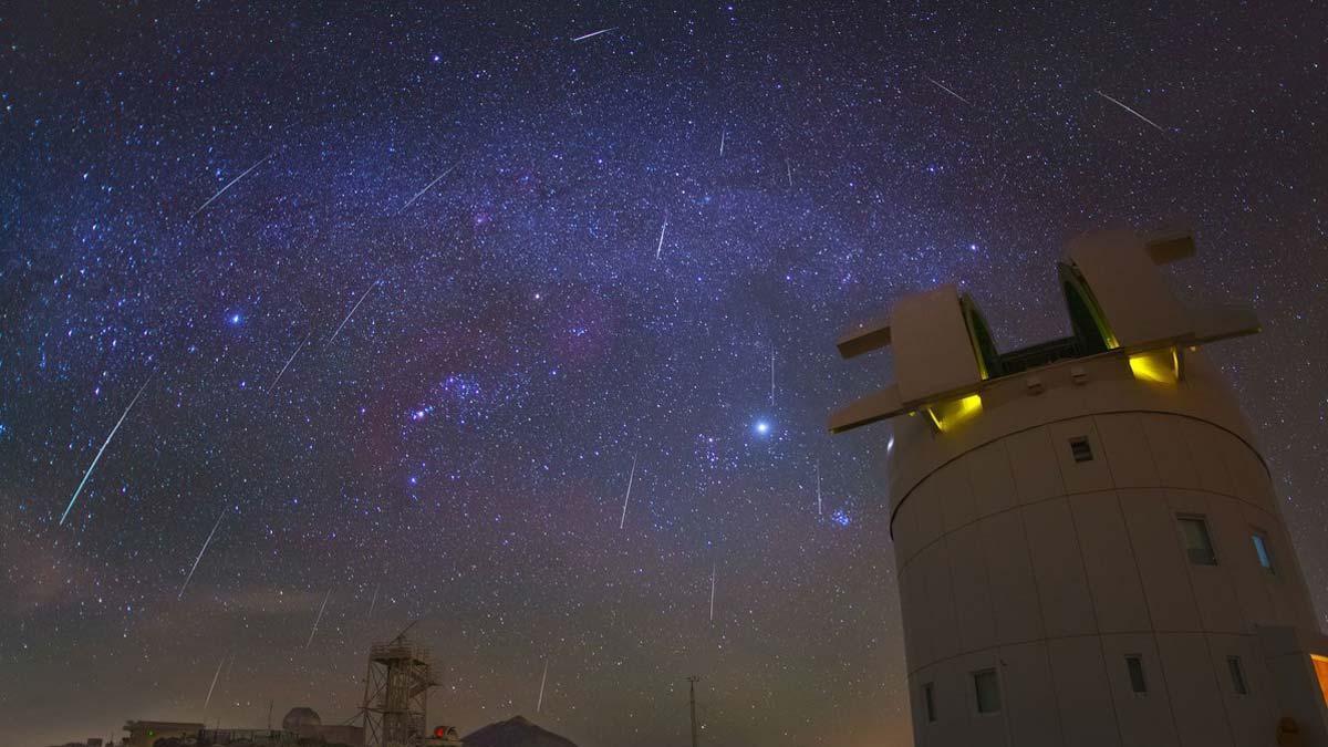 La lluvia de estrellas de las gemínidas alcanzaesta noche su pico más alto. En la foto, gemínidas sobre el observatorio del Teide.