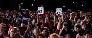 Asistentes a un mitin de Trump en Pensilvania muestran el símbolo del movimiento QAnon, el pasado 22 de septiembre.