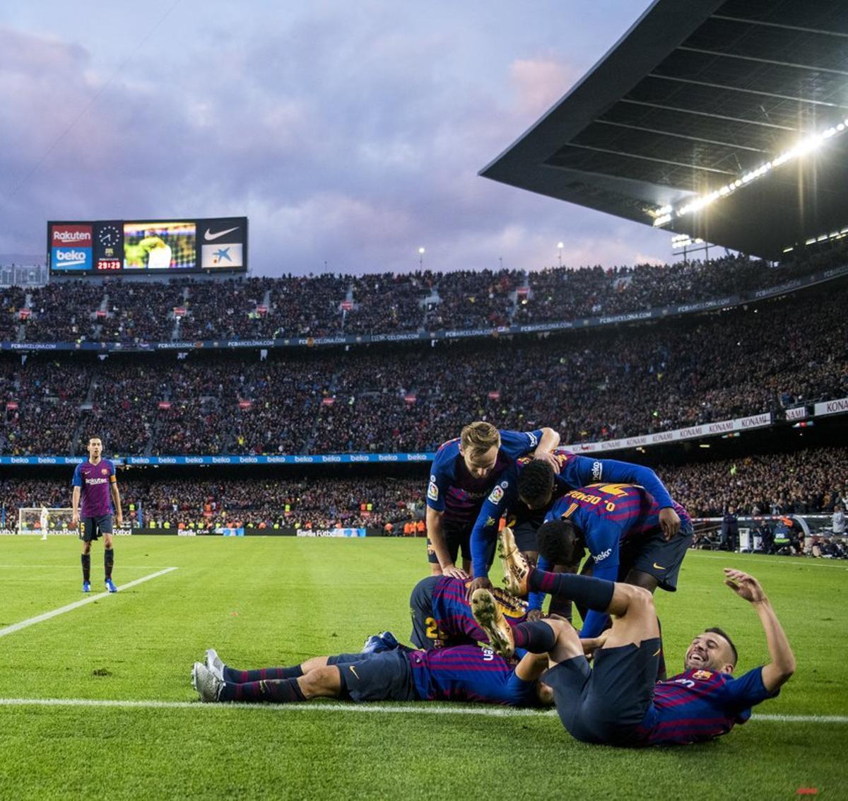 Los jugadores azulgranas celebran el tercer gol ante el Real Madrid, en la Liga y en el Camp Nou.