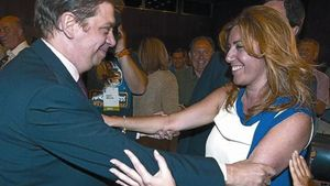 Susana Díaz y Luis Planas se saludan el martes en Sevilla.