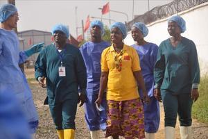 Beatrice Yardolo, la última paciente ingresada por ébola en Liberia, abandona el hospital.