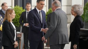 Pedro Sánchez saluda al rey emérito a su llegada a la capilla ardiente.