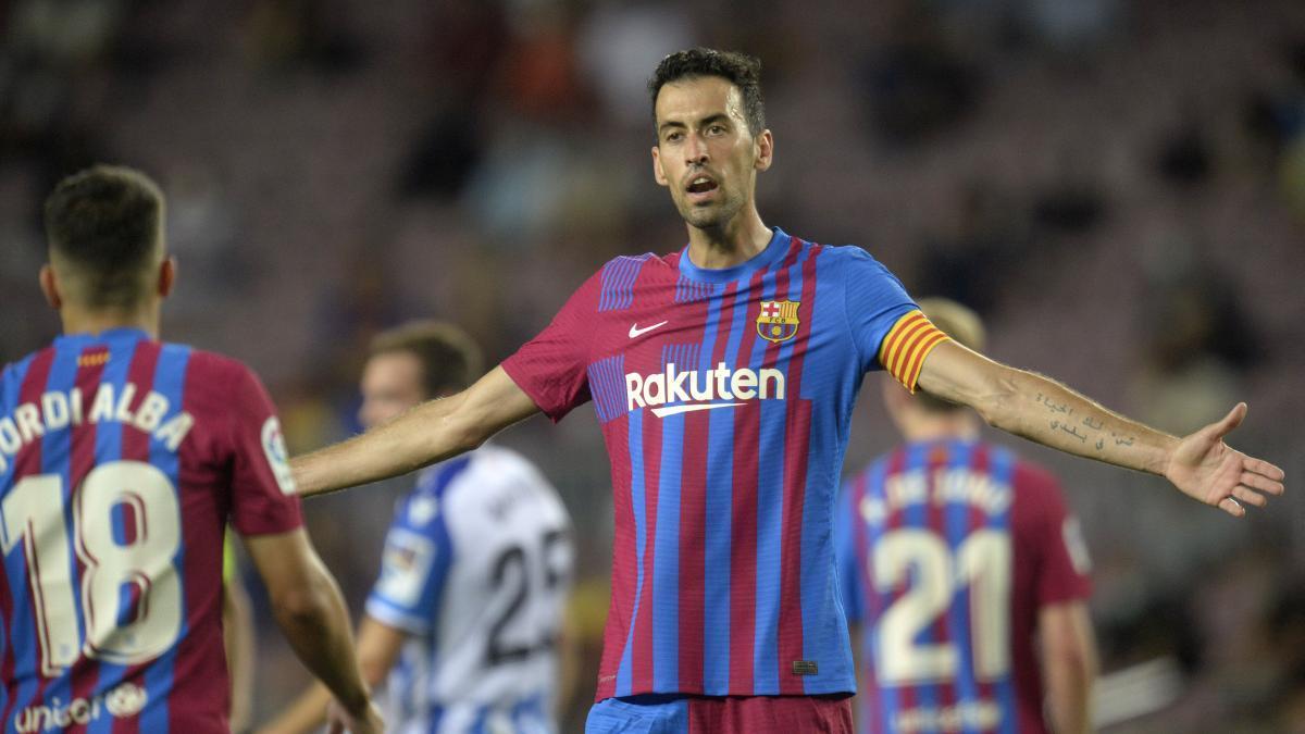 Busquets y Alba discrepando durante el partido de liga entre el FC Barcelona y la Real Sociedad