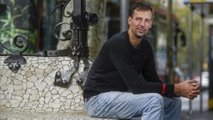 Jordi Trias posa para El Periódico esta semana en un banco del Passeig de Gràcia