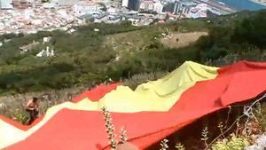 La bandera española gigante que miembros de Vox desplegaron en el Peñón de Gibraltar en el 2016.