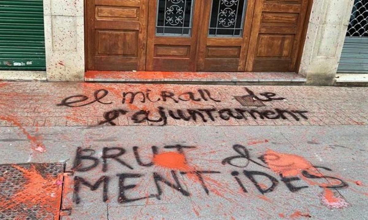 Exteriores de la redacción del periódico de Santa Coloma 'El Mirall' tras el ataque de pintura.