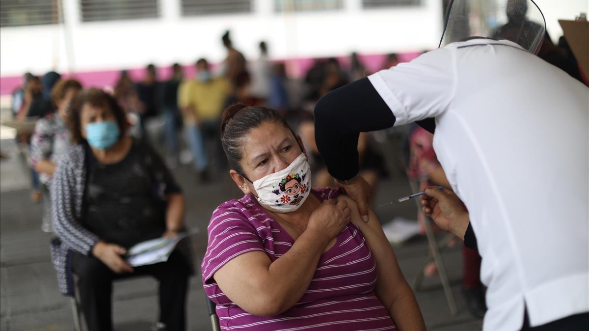 Personas de la tercera edad acuden hoy a recibir la primera dosis de la vacuna contra la covid-19en el municipio de Nezahualcoyotl, en México.