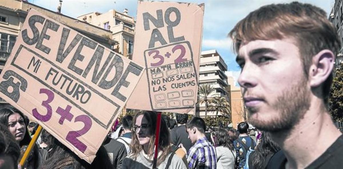 un futuro 'en venta'. Protesta estudiantil en Valencia, el jueves, contra la reforma universitaria del '3+2' de Wert. Medio centenar de manifestaciones coparon el centro de otras tantas ciudades españolas.